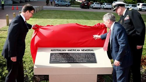 US Ambassador John Barry (left) and Defence Department Secretary Dennis Richardson unveil the new plaque.